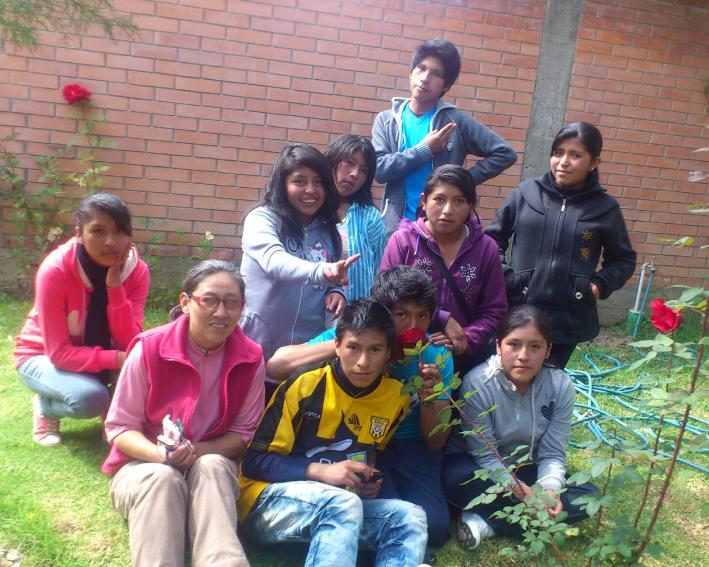 Irmã Susana Reguerin fazendo reuniões com os jovens da Capela Santa Mónica em La Paz - Bolívia