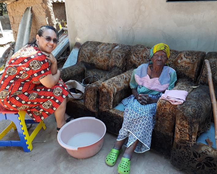 Irmã Lídia fazendo visita domiciliar as famílias de Moçambique