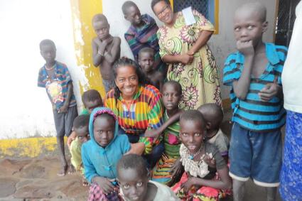 Irmãs Lourdinha e Cecília no trabalho na missão com crianças no Kênia