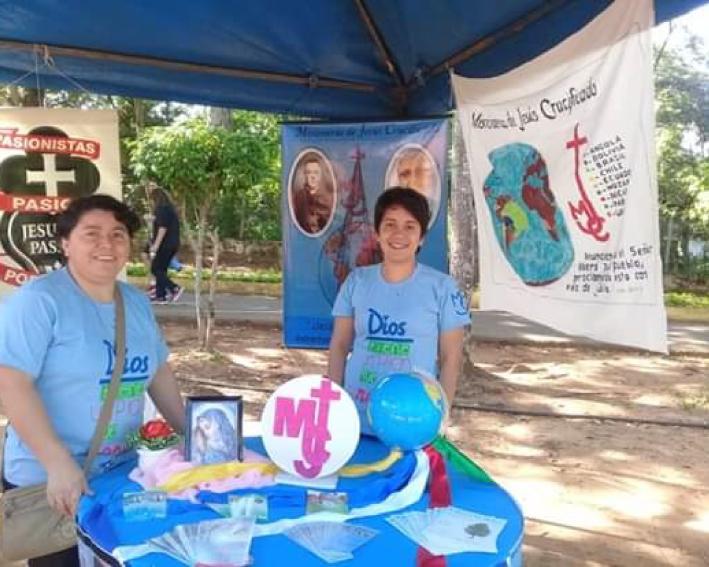 Edênia e Mary participando da feira vocacional no Paraguai
