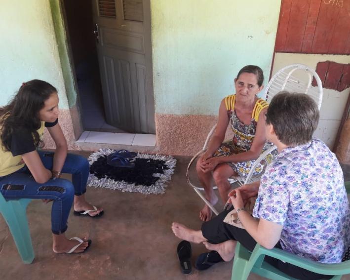 Irmã Conceição visitando as famílias no Ceará