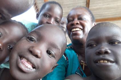 Irmã Nilda jogando com as crianças no Quênia