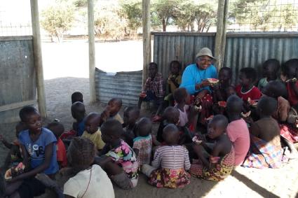 Irmã Eliene Brito junto às crianças no Quênia